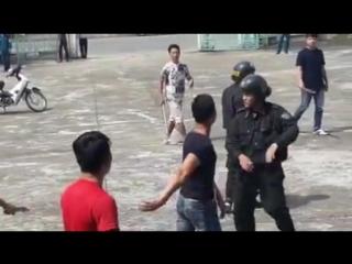 Китайский полицейский-тхэквондоист . Демонстрационная показуха .
