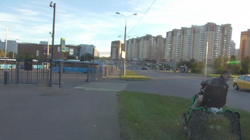 Как разбили голову прохожему на тротуаре камнем от газонокосилки на Южном Бутово в Москве ДТП дорожно-транспортное происшествие