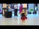 Мальчик и девочка танцуют на свадьбе