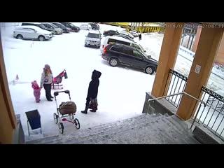Снег с крыши обрушился на женщин и ребенка в Видяево