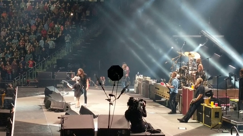 Kid crushes Enter Sandman with The Foo Fighters and gets Dave Grohl's guitar