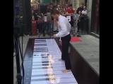 Удивительная игра ногами на напольном пианино