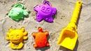 Aprenda as cores com os objetos de areia Forminhas no mar