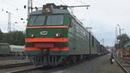 Электровоз ВЛ10К 513 с контейнерным грузовым поездом приветливая бригада