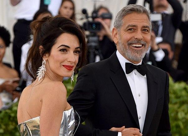 """Джордж Клуни о платье жены Амаль на Met Gala 2018: """"Она прячет под ним близнецов"""""""