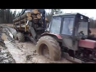 Трактор по бездорожью с прицепом манипулятором