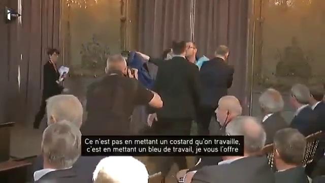 Macron essaye de faire disparaitre cette vidéo du net faites-là tourner