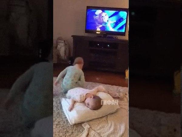 Дети повторяют за мультфильмом