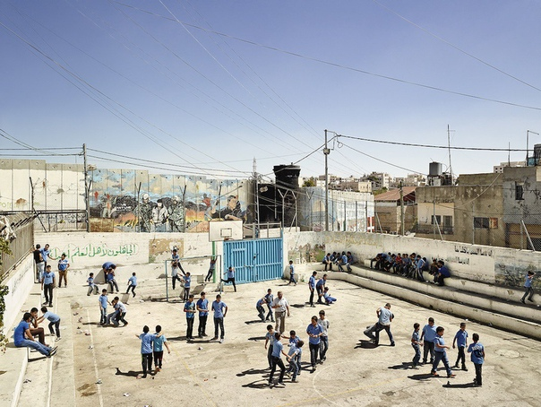 Школьные площадки разных стран. Фотограф Джеймс Моллисон Когда Джеймс Моллисон (James Mollison) вспоминает свое детство в Оксфорде, Англия, чаще всего в памяти всплывает игровая площадка. То