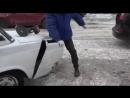 Мужик болгаркой отпилил кусок машины чтобы припарковаться.