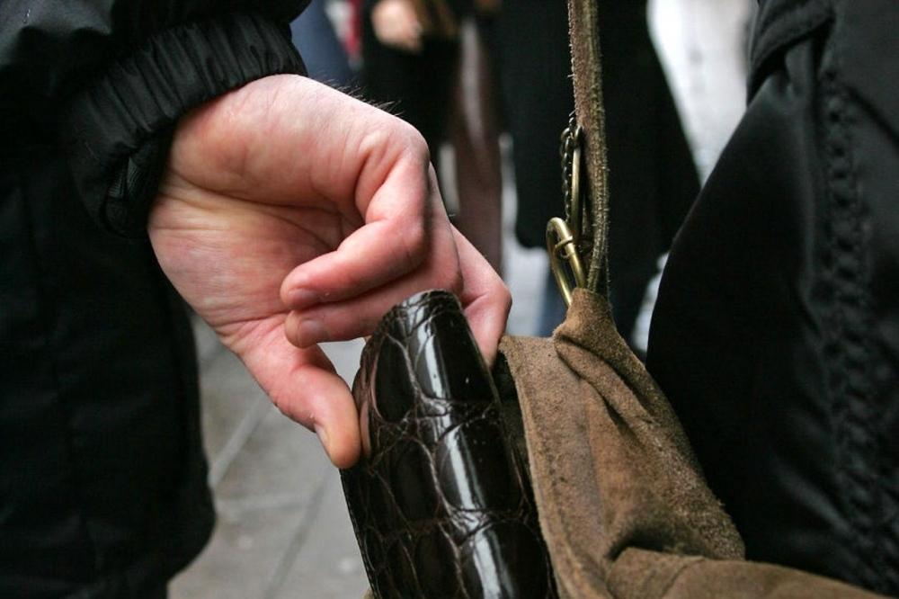 В Таганроге полицейские задержали 18-летнего уличного грабителя