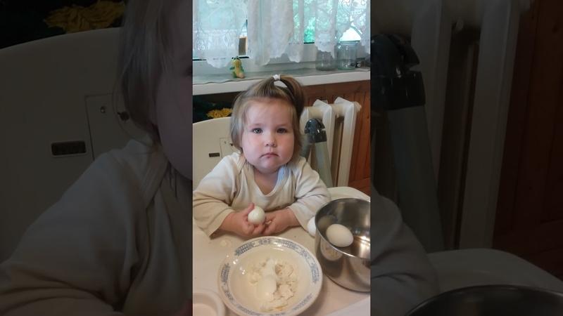 Маленькая помощница Вот как надо чистить яйцо