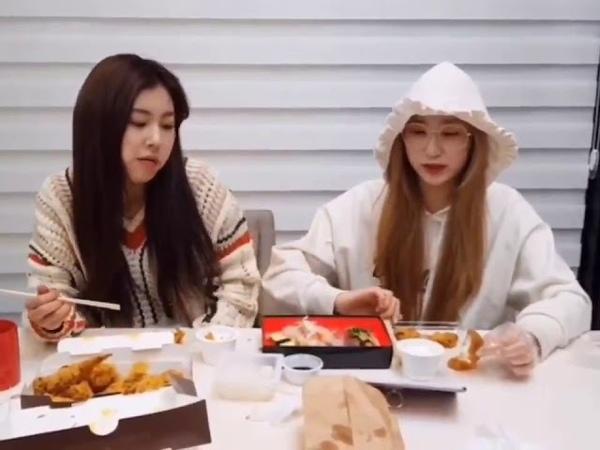 Chaeyeon and Hyewon congratulated Chaeryeong