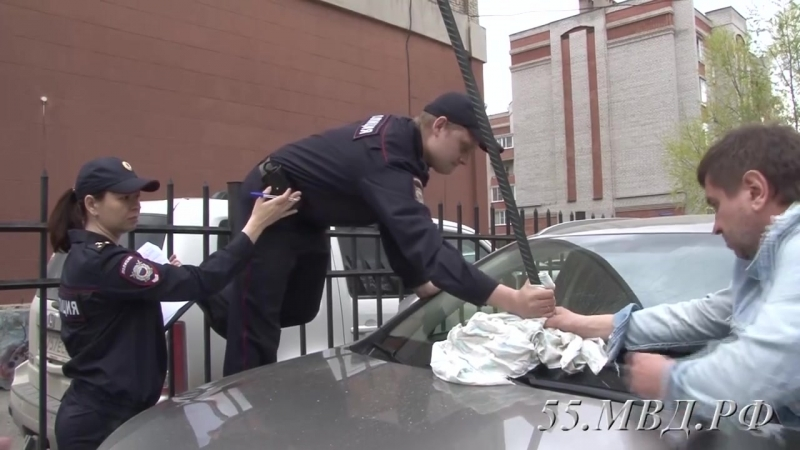 омские полицейские вытаскивают лом из Lexus