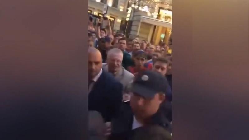 Жириновского облили пивом на Никольской улице