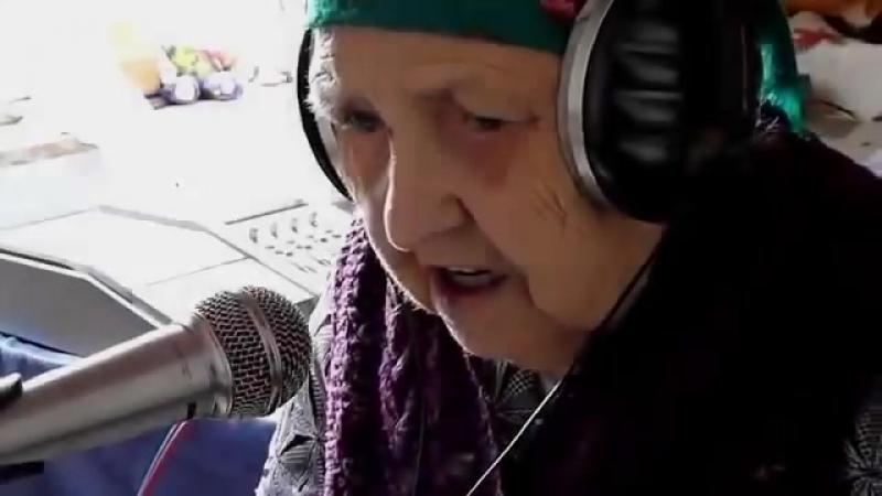 Бабушка играет на синтезаторе и красиво поёт