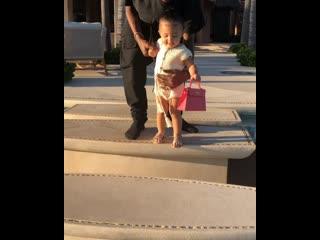 Kylie jenner и travis scott учат дочку ходить
