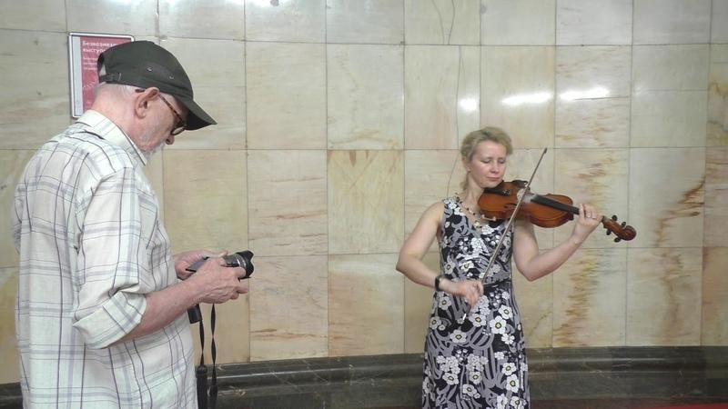 Скрипачка в метро