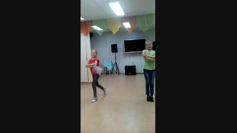 Приучаю к народному танцу Не всё эстрадные нужно про наше русское не забывать Пробуем Первые уроки