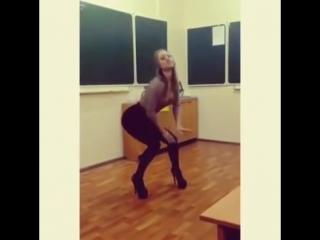 Красивая длинноногая школьница на каблуках в обтягивающих лосинах крутит попой прямо в классе в школе