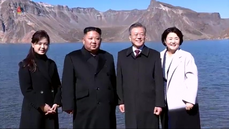 민족사에 특기할 력사적사변 경애하는 최고령도자 김정은동지께서 문재인대통령과 함께 백두산에 오르시였다