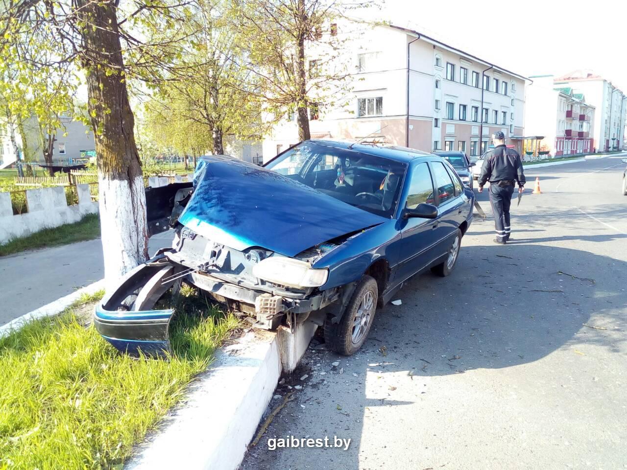 Водитель на Рено-Шаран врезался в дерево в Ганцевичах