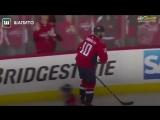 Юная зрительница получила шайбу на матче НХЛ. С четвертой попытки