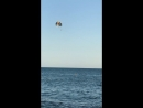 Парашютист над морем