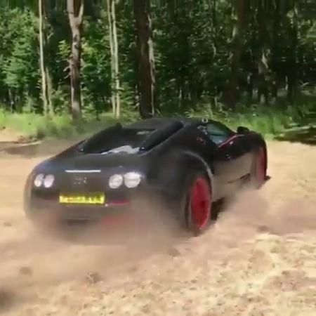Bugatti Veyron Grand Sport Vitesse WRC валит боком по гравию