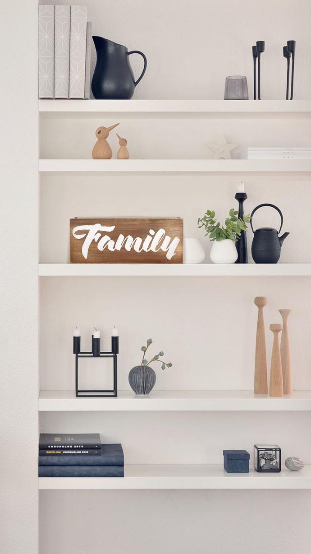 деревянная табличка Family в интерьере