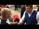 Мэтт Митрион поздравляет Фёдора с победой и знакомит с ним своих детей