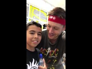 Дженсен с маленьким мальчиком передает привет на благотворительном занятии SoulCycle в Остине