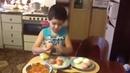 Мама попросила сына почистить яйца. Справился быстро и просто !