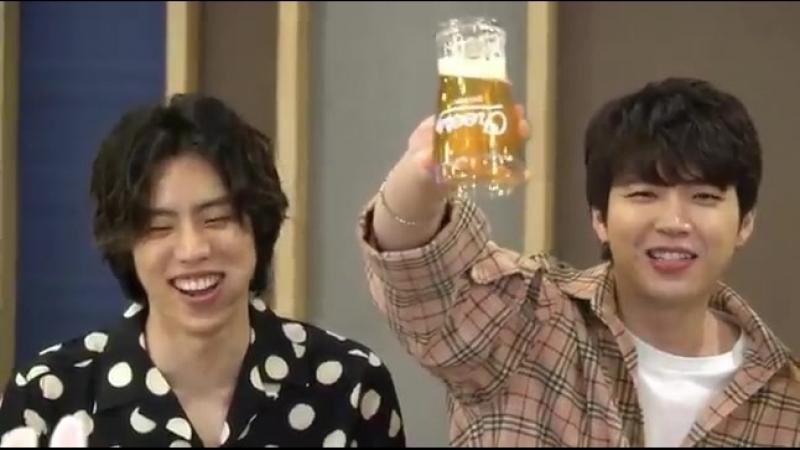Woohyun sadece önlerindeki bardakların dekor olduğunu göstermek istedi. Birini aldı çevirdi, herşey yolundaydı ama 2. bardağın g