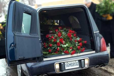 Типичный похоронный директор выполняет различные обязанности, включая водителя-катафалка.