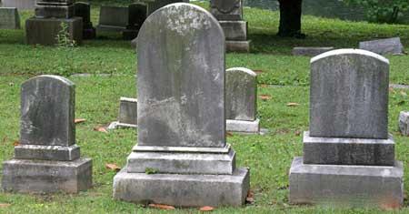 Похоронный директор может произнести речь на могиле умершего.