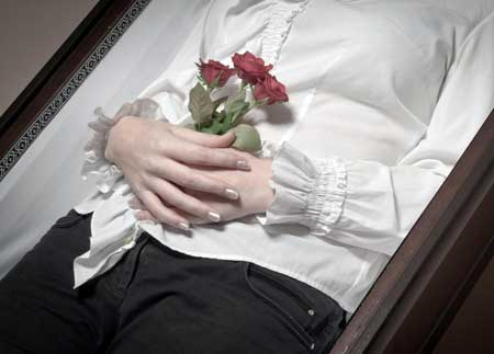 Бальзамировщик несет ответственность за переодевание умершего для бодрствования и похоронных услуг.