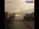 Столб, сбитый кроссовером, едва не упал на микроавтобус с людьми в Мурманске