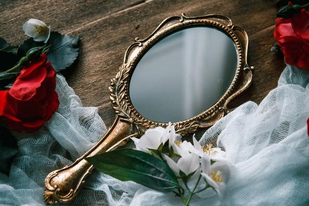 Почему нельзя дарить зеркало: приметы и суеверия
