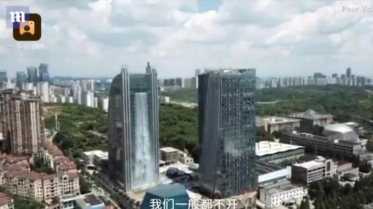 Китайский небоскреб превратили в 100-метровый водопад
