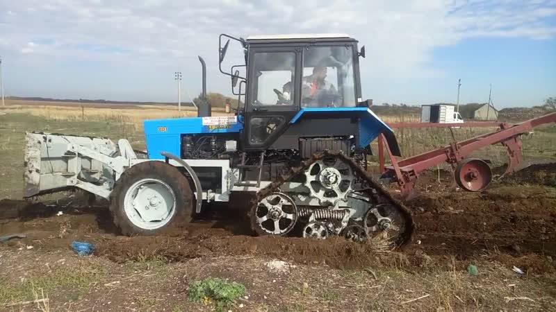 Работа с бульдозерным отвалом трактора Беларус-80 на полугусиничном ходу