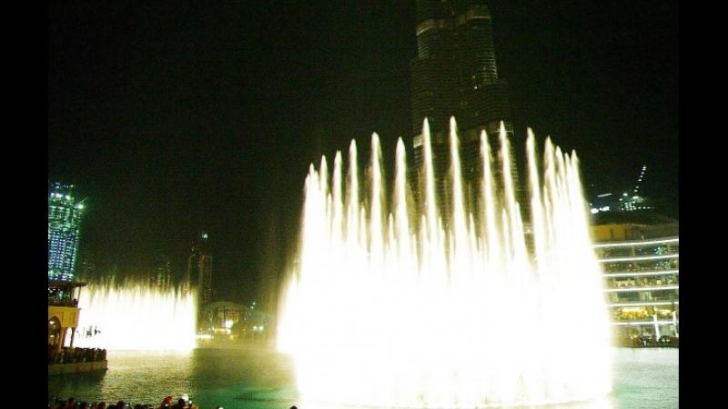 Поющие фонтаны у торгового центра Dubai Mall у башни Burj Khalifa