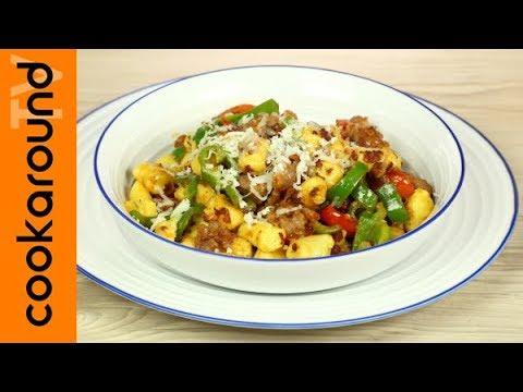 Gnocchi con friggitelli, pomodorini e salsiccia