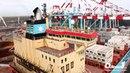 Водный фейерверк и разгрузка контейнеровоза Maersk в терминале ТИС
