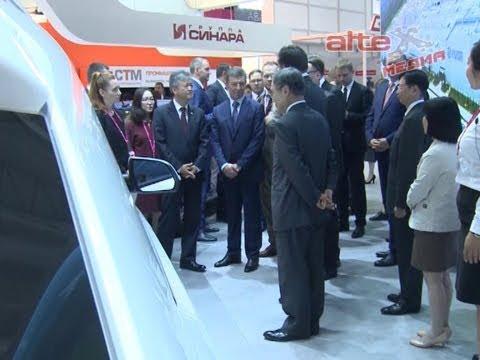 Вице премьер Дмитрий Козак в сопровождении Дениса Мантурова и Евгения Куйвашева осмотрел экспозицию ИННОПРОМа