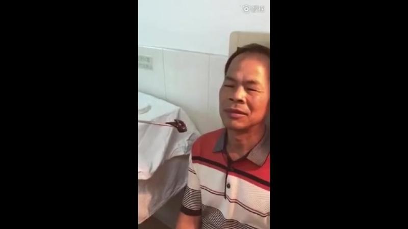 Доктор вытаскивает пиявку из носа человека