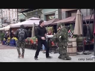 Мужчина, одетый в костюм новогодней елки, в преддверии праздника решил повеселить жителей и гостей Тбилиси