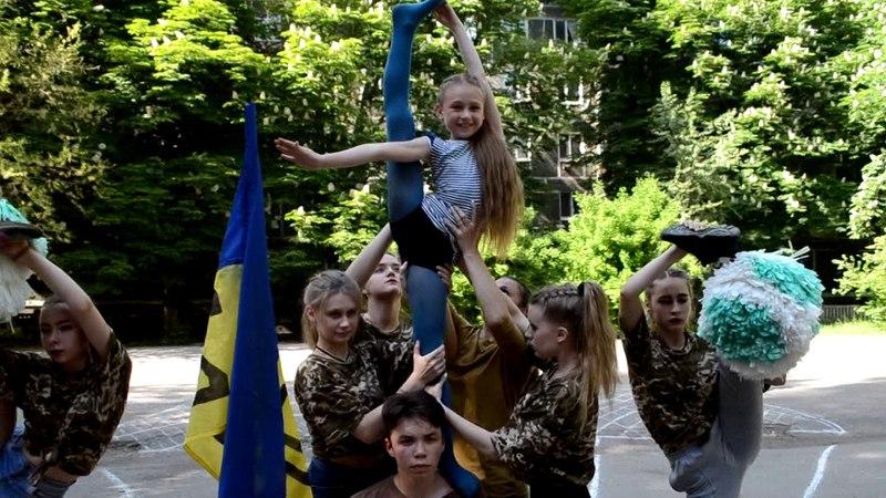 Дівчата 20-ї школи одягнули камуфляж та передали захисникам України драйвовий привіт!