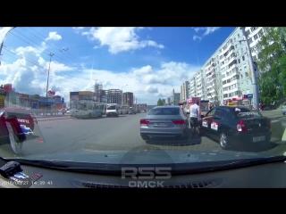 Автолюбитель на ауди учит таксиста чистоте