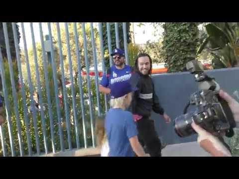 Пит с сыновьями и Спенсером Смитом прибывает в Доджер-стэдиум в Лос-Анджелесе; 27.10.2018